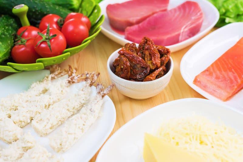 Un primo piano degli ingredienti per la preparazione dell'insalata di Caesar si è riferito alla cucina Cucina domestica Utile e s fotografie stock libere da diritti