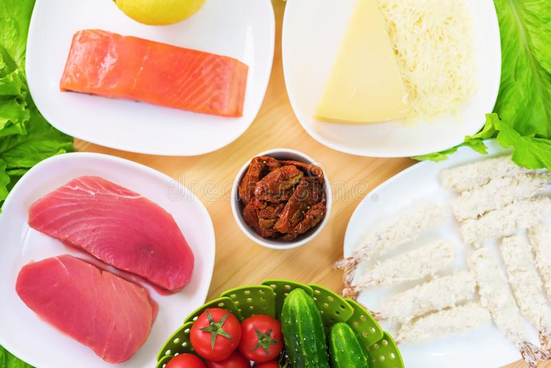 Un primo piano degli ingredienti per la preparazione dell'insalata di Caesar si è riferito alla cucina Cucina domestica Utile e s fotografia stock libera da diritti