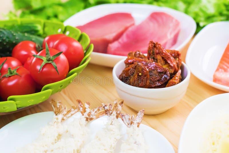 Un primo piano degli ingredienti per la preparazione dell'insalata di Caesar si è riferito alla cucina Cucina domestica Utile e s immagini stock