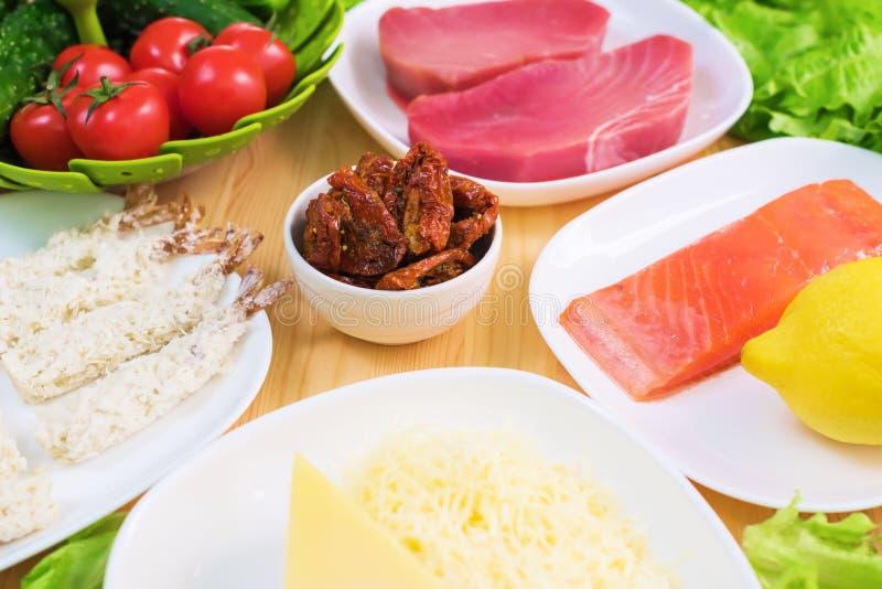 Un primo piano degli ingredienti per la preparazione dell'insalata di Caesar si è riferito alla cucina Cucina domestica Utile e s immagine stock libera da diritti