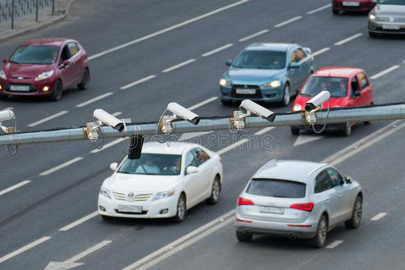 Un primo piano del CCTV di sorveglianza della videocamera di sicurezza di traffico quattro sulla strada nella grande città fotografie stock