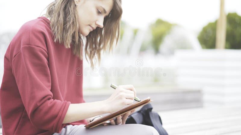 Un primo piano della compressa e della mano con una matita fotografia stock libera da diritti