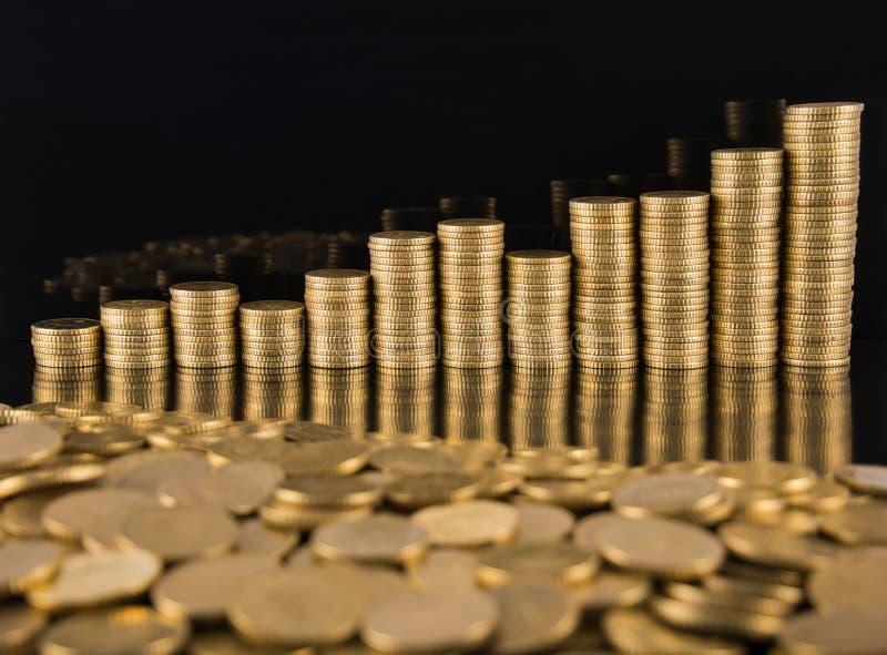 Un primo piano delle cinquanta monete dorate del centesimo fotografia stock libera da diritti