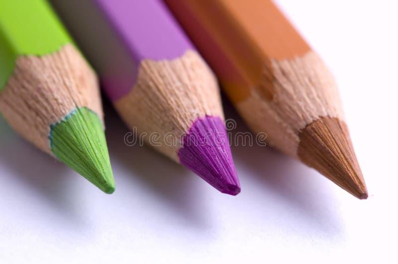 Un primo piano di 3 matite colorate