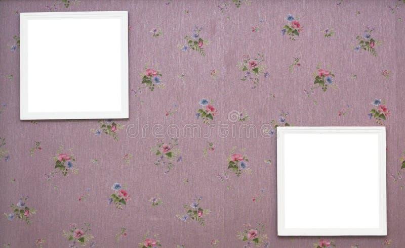 Un primo piano di due telai della foto della polaroid su retro pavimentazione e fondo dell'annata fotografia stock libera da diritti