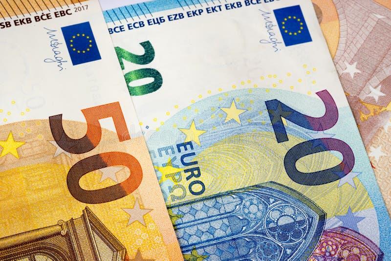 Un primo piano di 20 e 50 euro banconote come fondo dei soldi fotografia stock