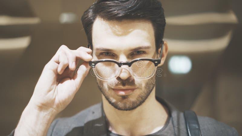 Un primo piano di giovane uomo barbuto che esamina la macchina fotografica fotografie stock