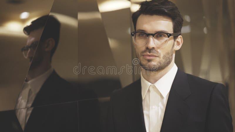 Un primo piano di giovane uomo d'affari in occhiali fotografie stock libere da diritti