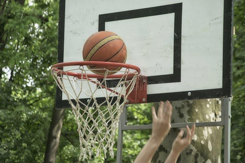 Un primo piano di uno scopo del campo di pallacanestro fotografia stock