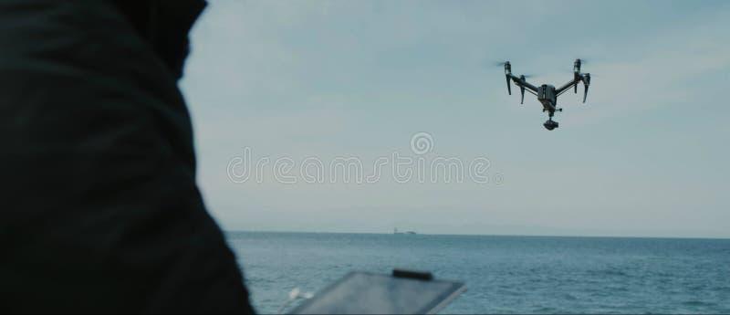 Un proceso de lanzar el abej?n del quadcopter con la c?mara, operador lanza uav del quadcopter, vuelo a?reo sin tripulaci?n del v fotografía de archivo
