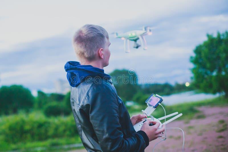 Un processus de lancer le bourdon de quadcopter avec l'appareil-photo, opérateur lance UAV de quadcopter, vol aérien téléguidé de images stock