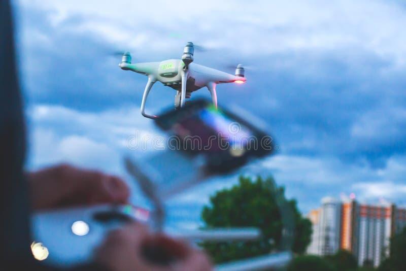Un processus de lancer le bourdon de quadcopter avec l'appareil-photo, opérateur lance UAV de quadcopter, vol aérien téléguidé de images libres de droits