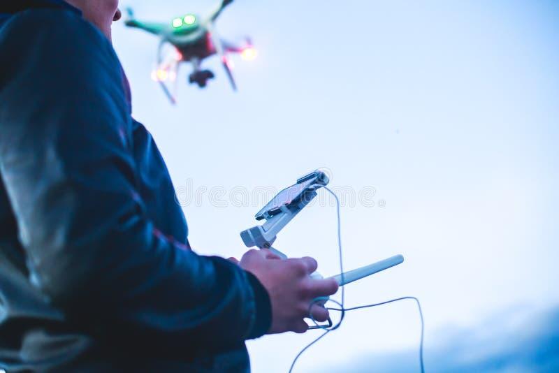 Un processus de lancer le bourdon de quadcopter avec l'appareil-photo, opérateur lance UAV de quadcopter, vol aérien téléguidé de photos stock