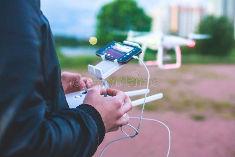 Un processus de lancer le bourdon de quadcopter avec l'appareil-photo, opérateur lance UAV de quadcopter, vol aérien téléguidé de photo libre de droits