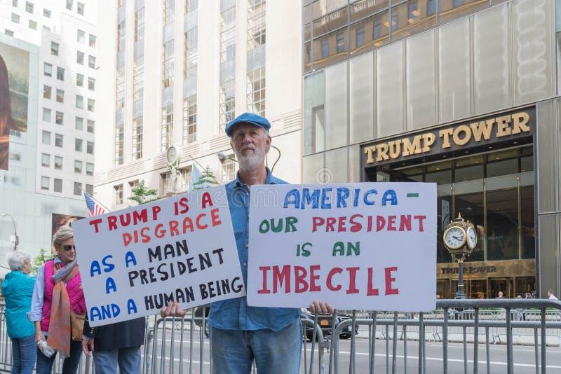 Un protestataire contre le Président Donald Trump photographie stock