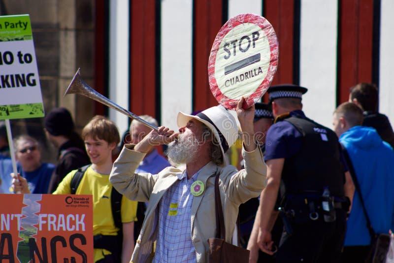 Un protestataire plus âgé à l'anti-Fracking protestation en Preston image libre de droits