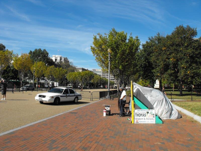 Un protestataire politique maintient le vigile par sa tente dans le parc de Lafayette à travers de la Maison Blanche  photos stock