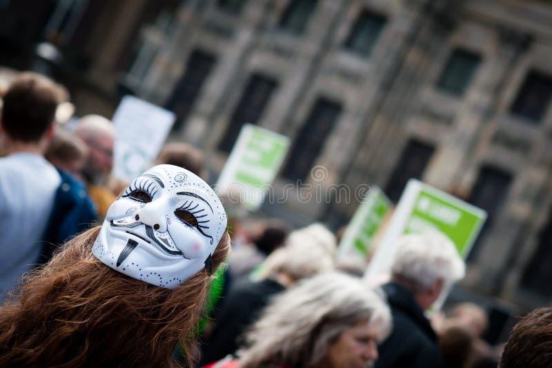 Un protestataire portant un masque photographie stock libre de droits