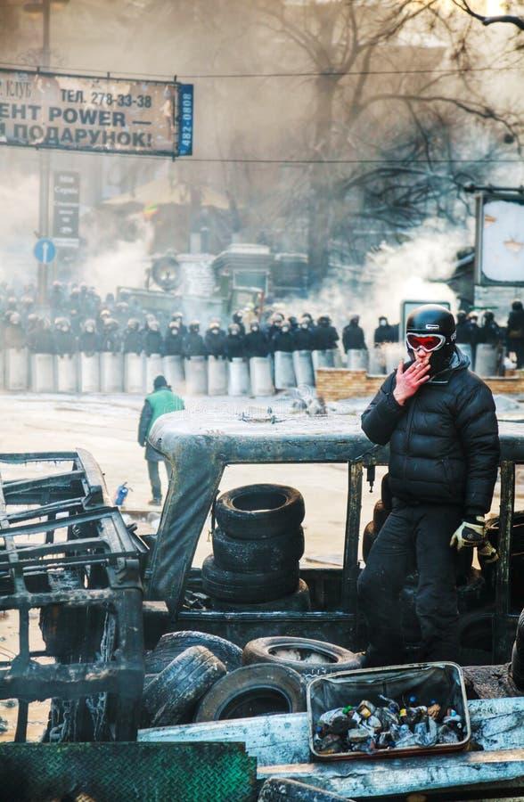 Un protestataire restant sur la barricade à Kiev photos libres de droits