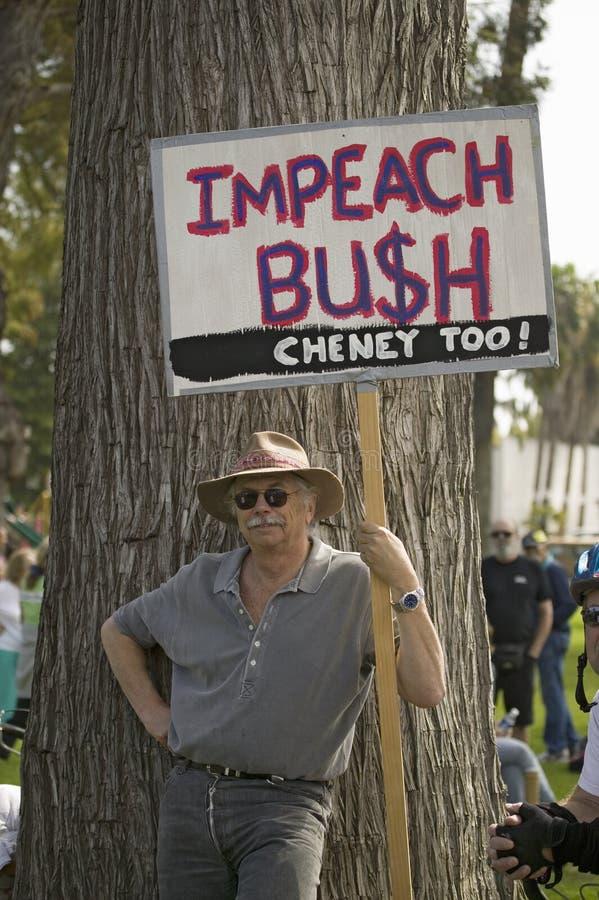 Un protestataire retient un relevé de signe attaquent Bush à une march de protestation de guerre du l'anti-Irak à Santa Barbara,  images libres de droits