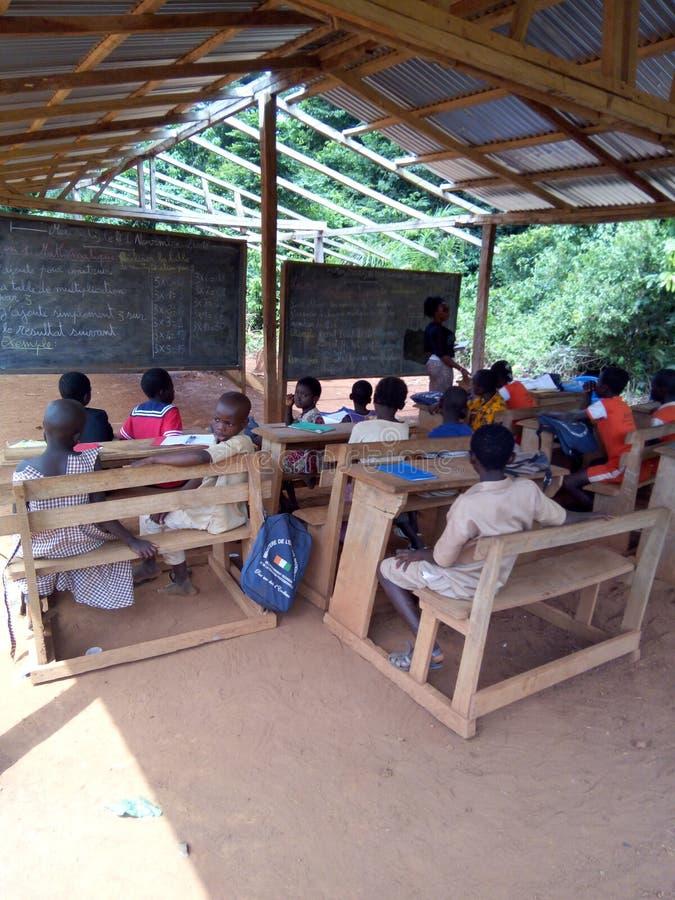 Un proyecto de las escuelas del edificio en lugares rurales imagen de archivo libre de regalías
