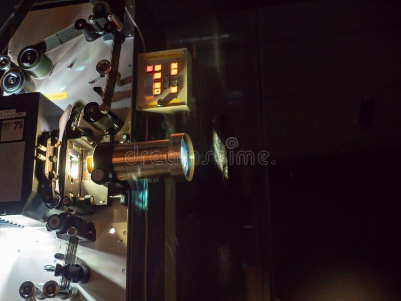 Un proyector que exhibe una película en un cuarto oscuro imagenes de archivo