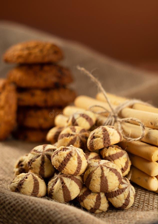 Un puñado de galletas, de breadsticks y de galletas de harina de avena imagen de archivo libre de regalías