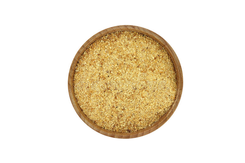 Un puñado de migajas de pan en un cuenco de madera fotografía de archivo