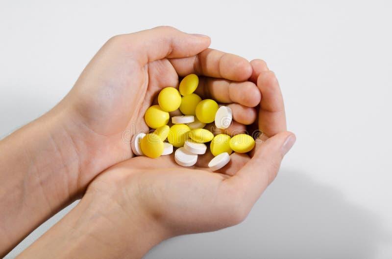 Un puñado de píldoras imagenes de archivo