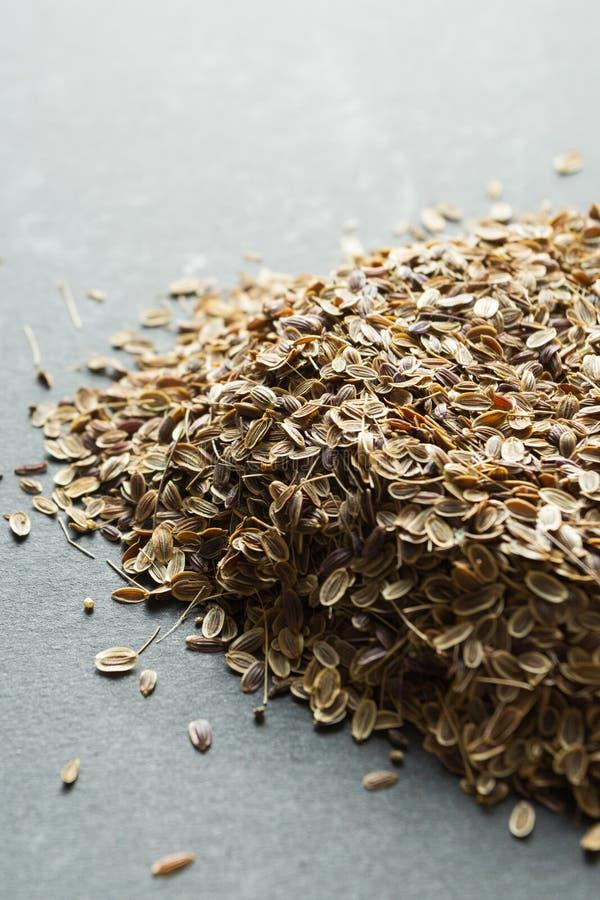 Un puñado de semillas de eneldo orgánicas secas, verticalmente imagenes de archivo