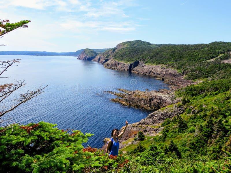 Un puño del caminante que bombea mientras que camina el rastro de la costa este de la costa de Terranova y de Labrador, Canadá fotografía de archivo libre de regalías
