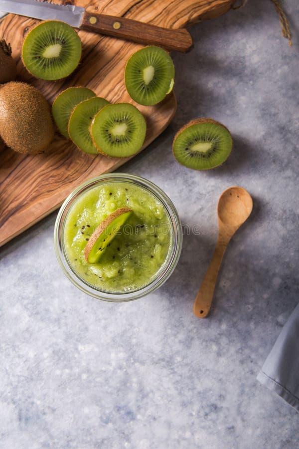 Un pudding végétalien sain dans un verre avec un kiwi frais Concept d'alimentation biologique image stock