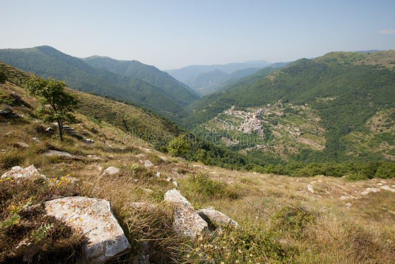 Un pueblo de montaña en las montan@as ligures imagen de archivo
