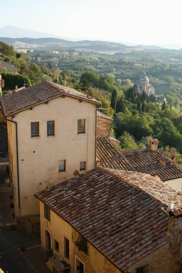 Un pueblo italiano típico Montepulciano Vista de los tejados de casas fotos de archivo