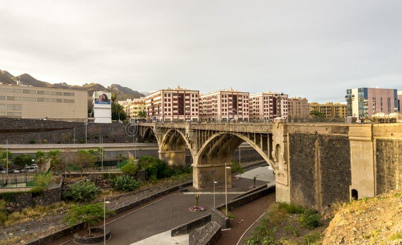 Un puente arqueado de piedra a través de Barranco de Santos que divide el centro de ciudad de Santa Cruz de Tenerife, islas Canar fotos de archivo