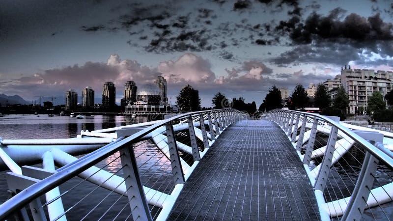 Un puente cerca del pueblo olímpico anterior en Vancouver foto de archivo libre de regalías