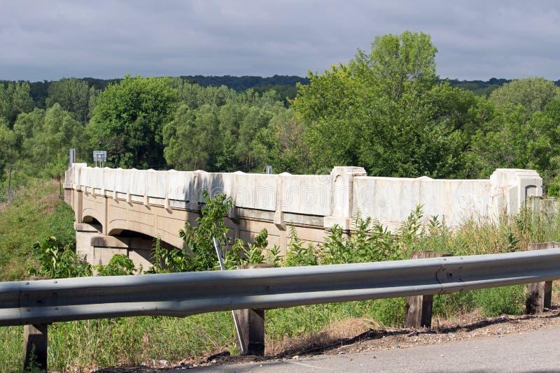Un puente de la carretera sobre algunas pistas de ferrocarril fotografía de archivo