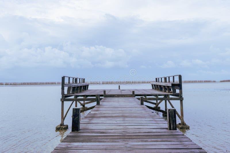 Un puente de madera en el mar fotos de archivo libres de regalías