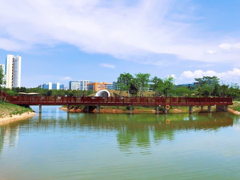 Un puente de madera rojo en el parque de Shenzhen foto de archivo