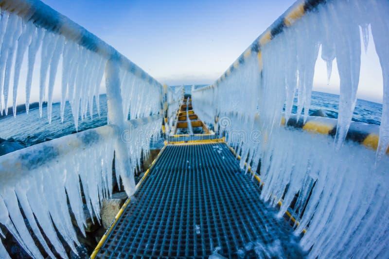 Un puente del hielo en el camino al mar fotografía de archivo libre de regalías