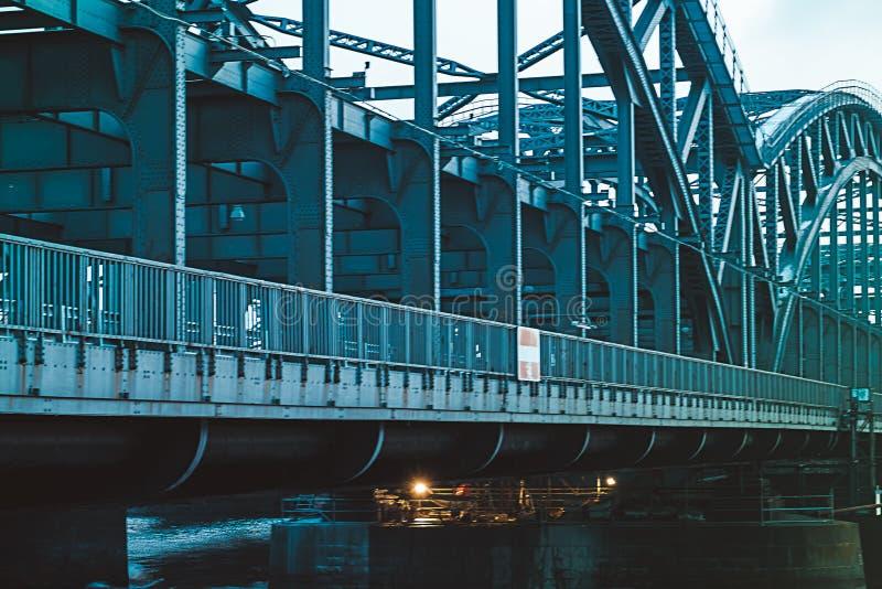 Un puente del metal sobre el Elba en Hamburgo imagen de archivo