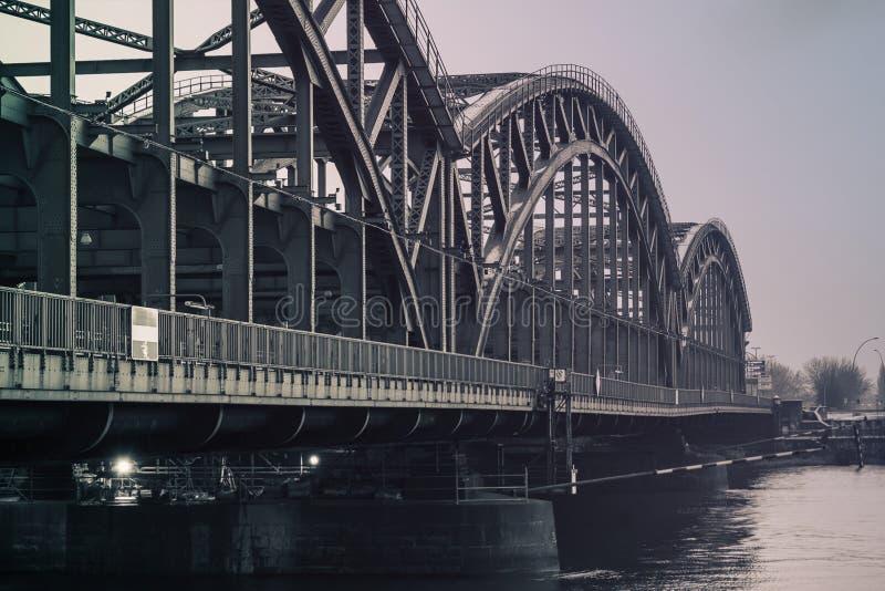 Un puente del metal sobre el Elba en el monocromo de Hamburgo imagenes de archivo