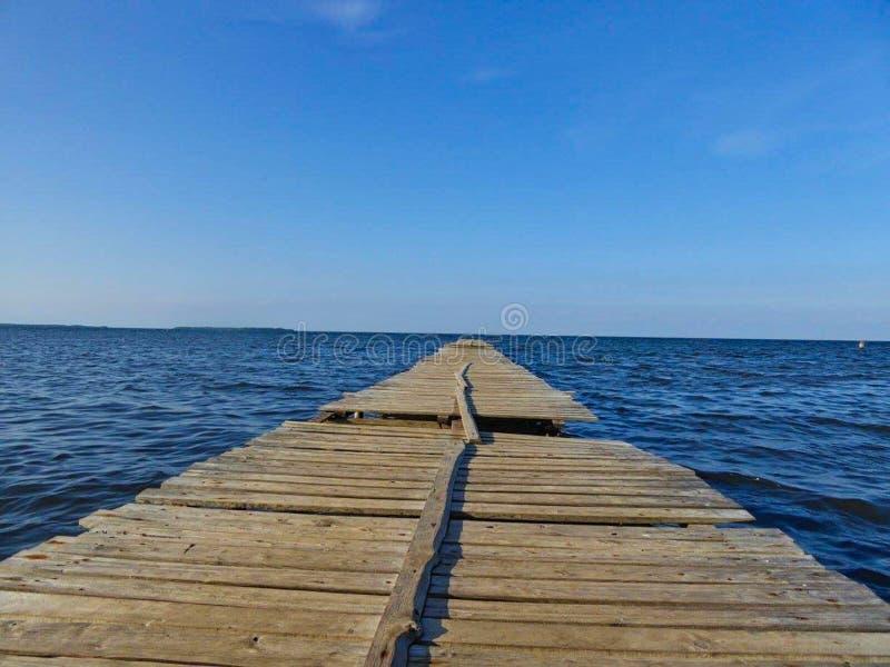 un puente del pie al mar imagen de archivo libre de regalías