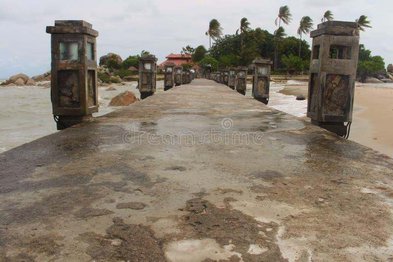 Un puente en la playa de Parai Tenggiri imagenes de archivo