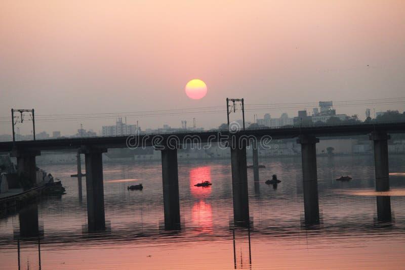 Un puente en la puesta del sol - Ahmadabad, Gujarat fotos de archivo