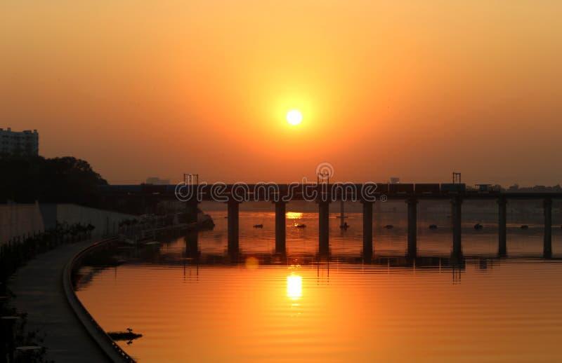 Un puente en la puesta del sol - Ahmadabad imagenes de archivo