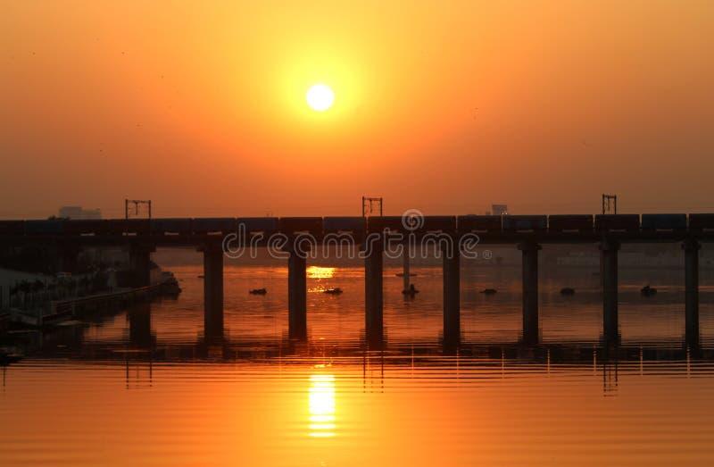 Un puente en la puesta del sol - hermosa vista foto de archivo libre de regalías