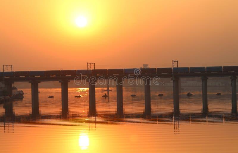 Un puente en la puesta del sol - la India foto de archivo