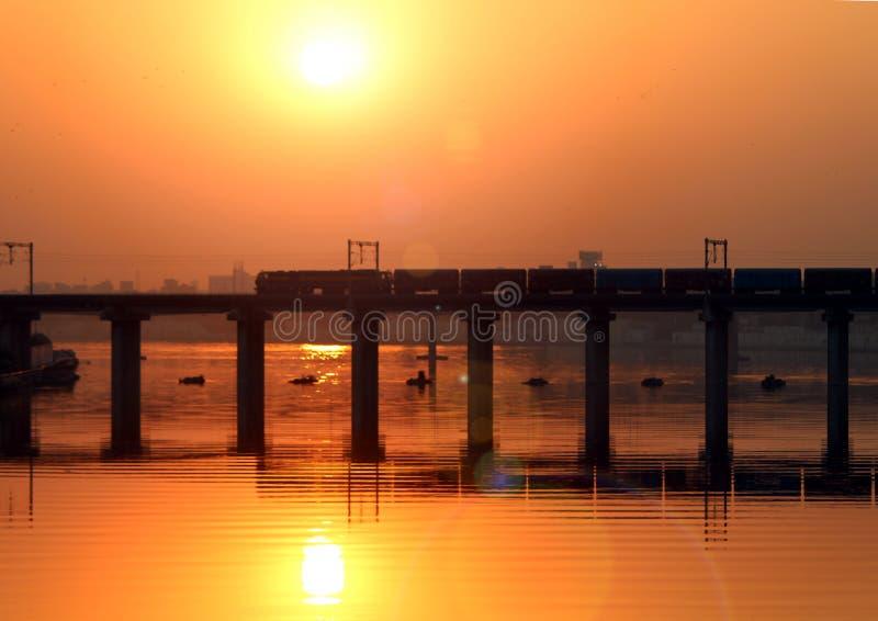 Un puente en la puesta del sol - opinión de la salida del sol del puente ferroviario foto de archivo