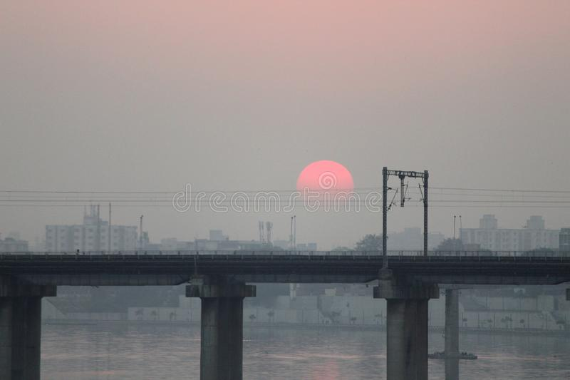 Un puente en la puesta del sol - Sun rojo imagenes de archivo